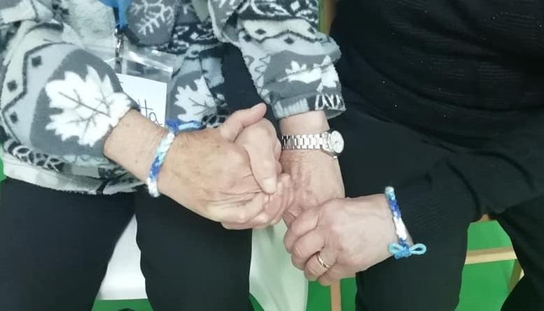 Palestra della Mente Montessori - A fine seduta due donne si scambiano il lavoro all'uncinetto che hanno fatto - un grande gesto di resistenza
